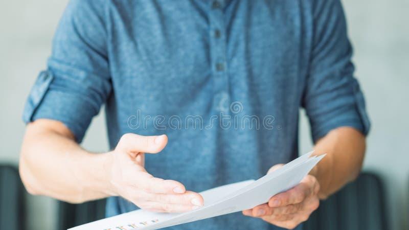 人手点事实文件工商业票据证明 免版税库存图片