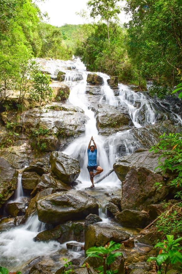 人打瑜伽在Ngao瀑布 图库摄影