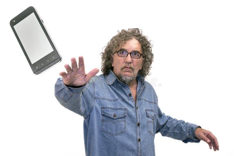 人投掷一个手机 免版税库存图片