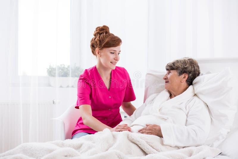 年轻人护士和年长妇女 免版税图库摄影