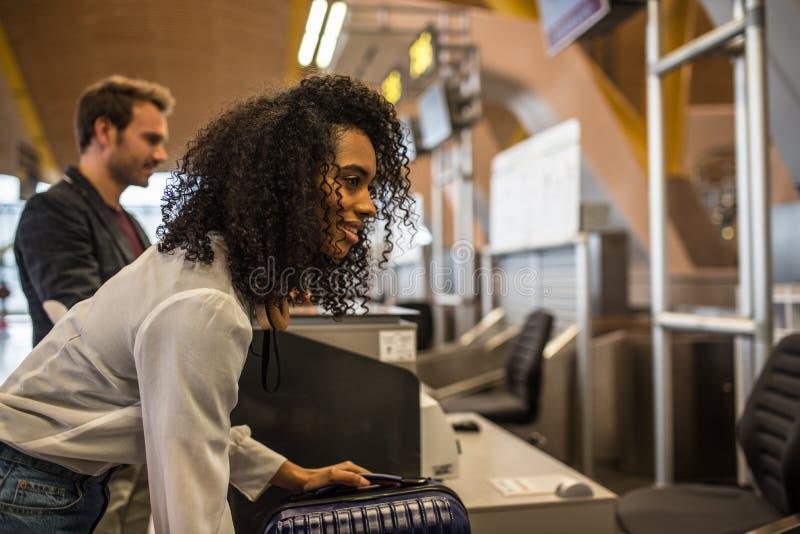人报到行李在机场 图库摄影