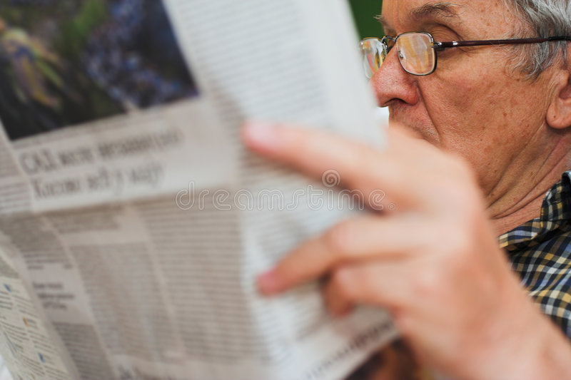 人报纸读取 图库摄影