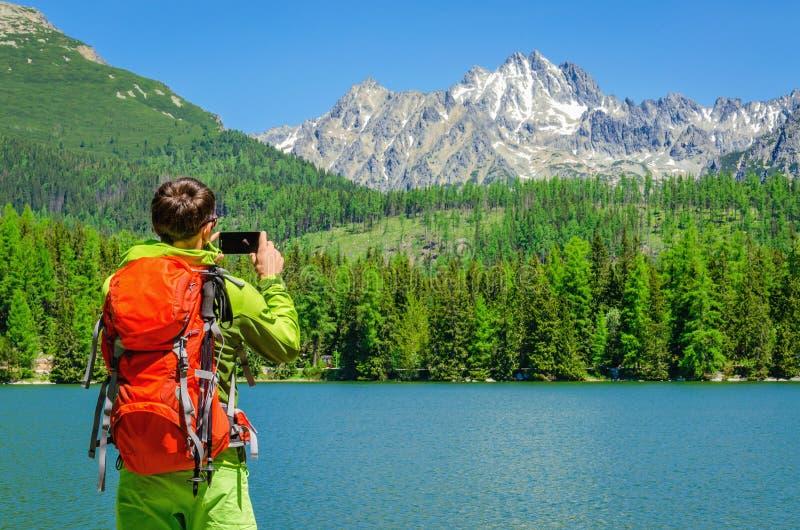 年轻人拍山湖,斯洛伐克照片  库存图片