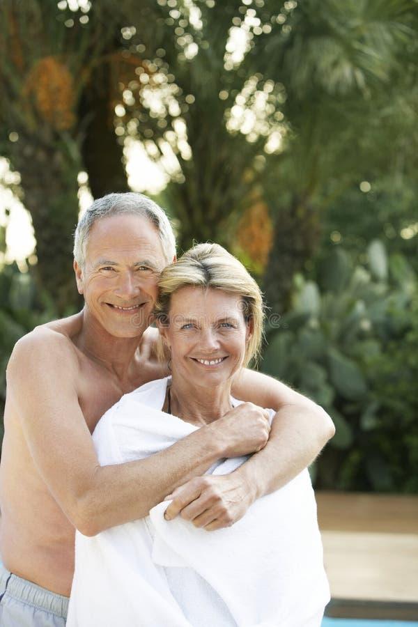人拥抱的妇女从后面 免版税库存图片