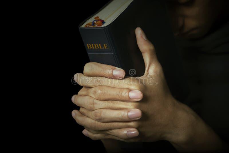 人拿着他的圣经 免版税库存照片