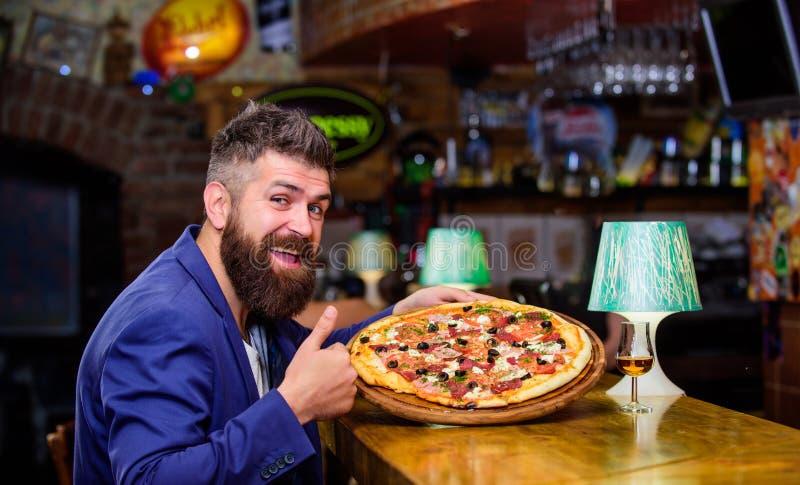 人接受了可口比萨 享受您的膳食 欺诈膳食概念 比萨喜爱的餐馆食物 新鲜的热的比萨为 免版税库存图片