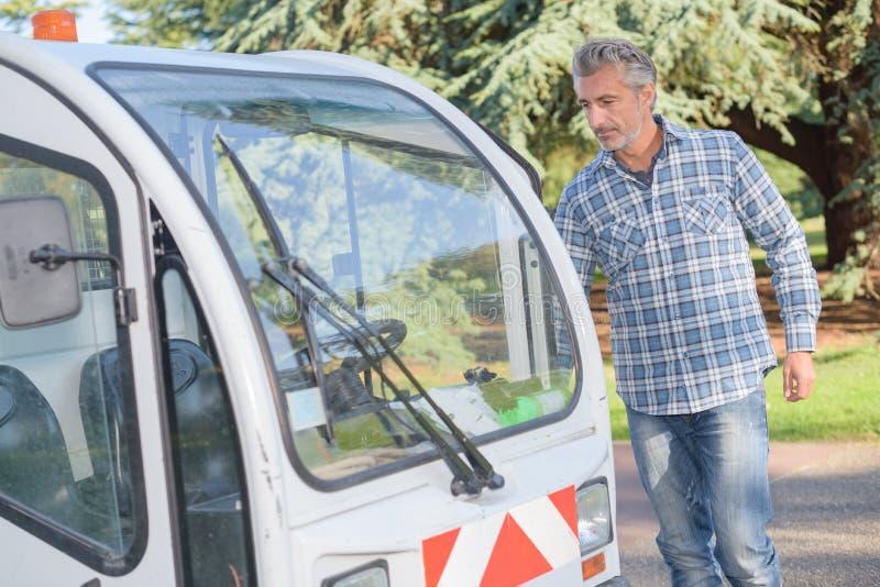 人接近的理事会维修服务车 免版税库存照片