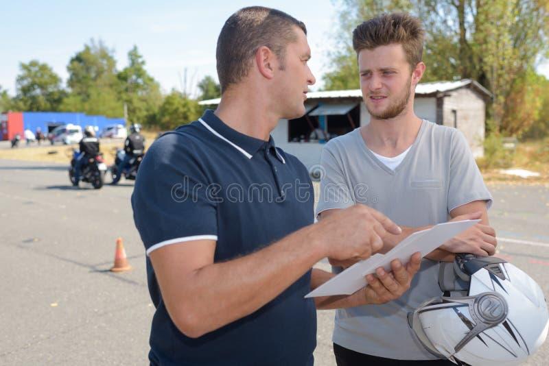 年轻人摩托车司机不合格的测试 免版税库存图片