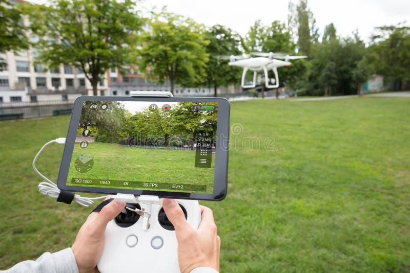 人操作Quadrocopter的` s手 库存照片