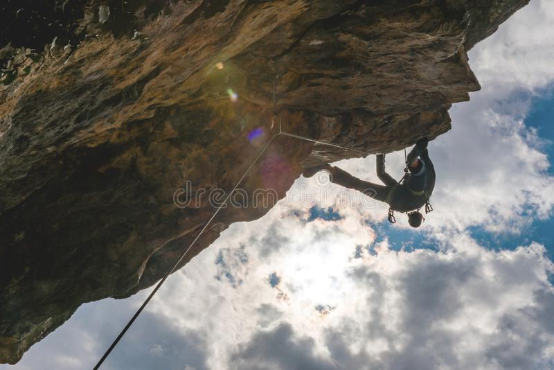 人攀登岩石 库存图片
