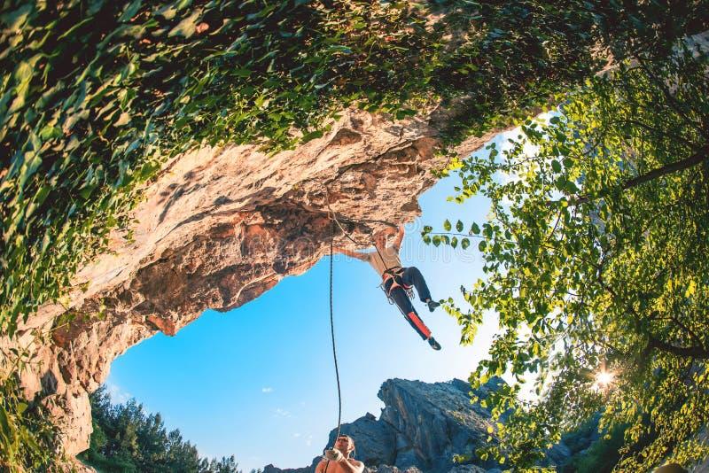 人攀登岩石 免版税库存照片