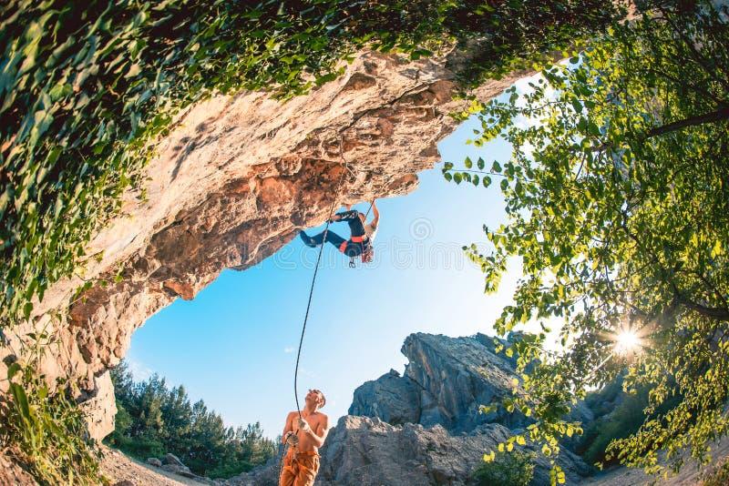人攀登岩石 免版税图库摄影