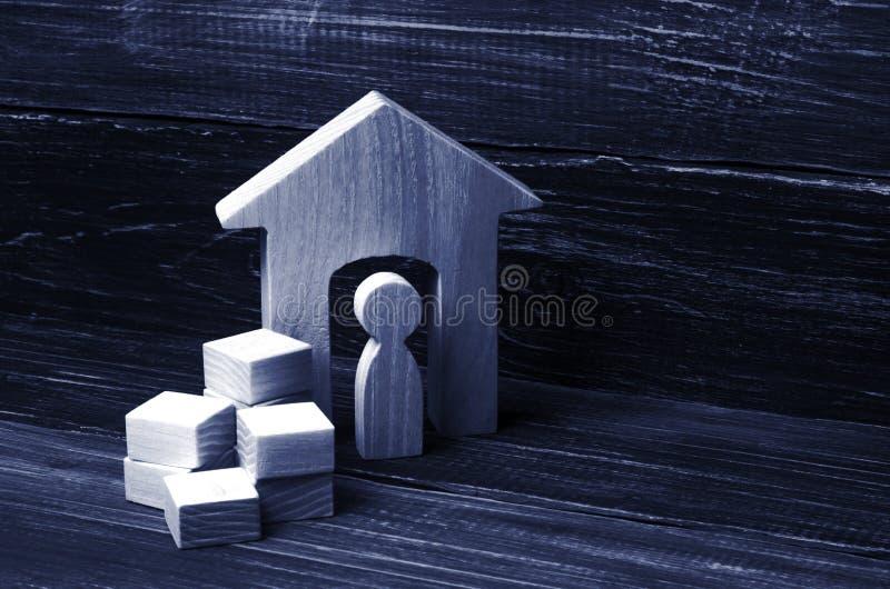 人收集在箱子的事并且搬到另一个房子 免版税库存照片