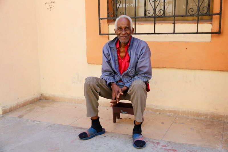 人放松在他的家前面的,哈瓦那,古巴 免版税图库摄影