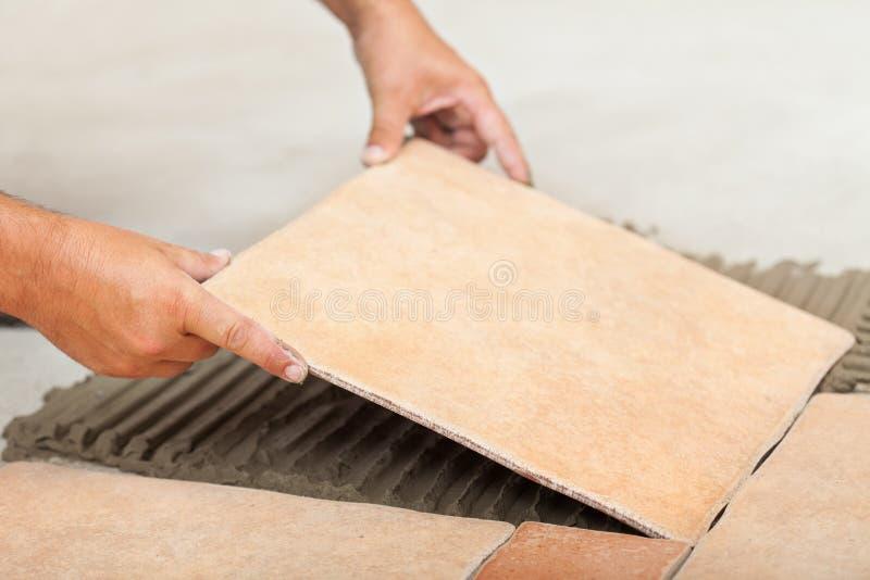 人放置陶瓷地垫-特写镜头 免版税库存图片
