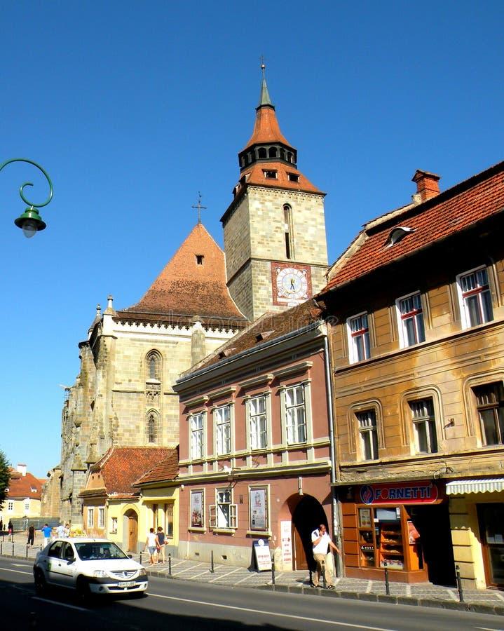 黑人教会和典型的都市风景在布拉索夫, Transilvania 免版税图库摄影