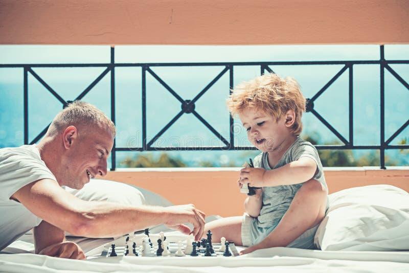 人教学男孩棋规则-使用在阳台地板上  库存照片