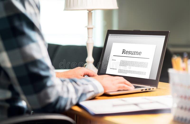 人文字简历和CV在有膝上型计算机的家庭办公室 库存图片