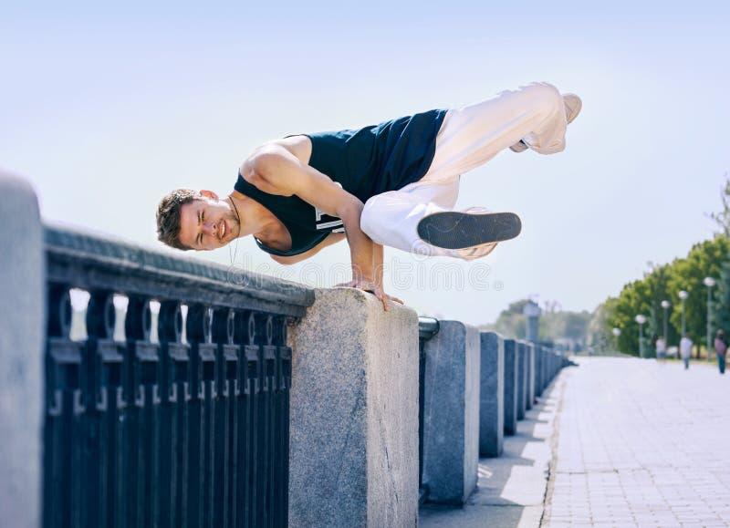 年轻人断裂舞蹈家做元素舞蹈在栏杆 免版税库存图片