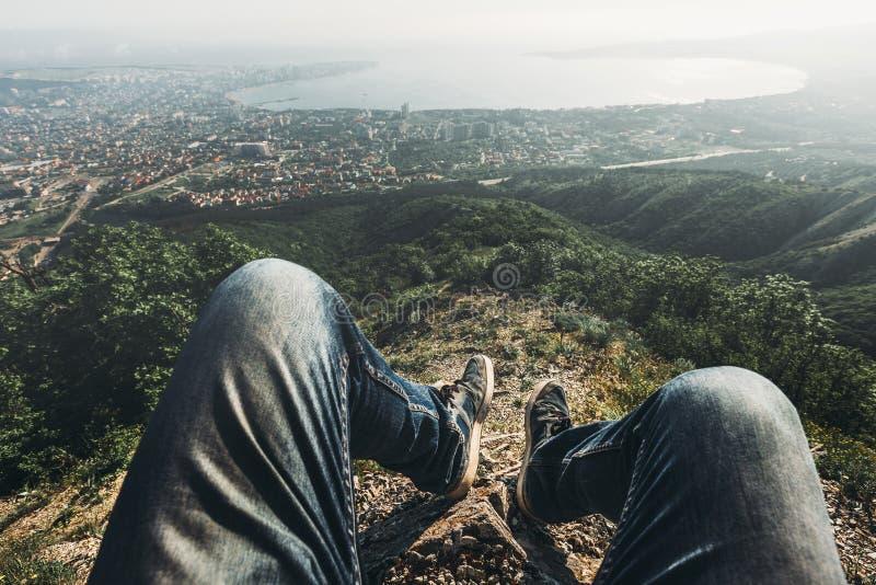 人旅客坐上面并且享受美丽如画的风景和城市的看法 观点射击 旅行,冒险,旅游业 免版税图库摄影