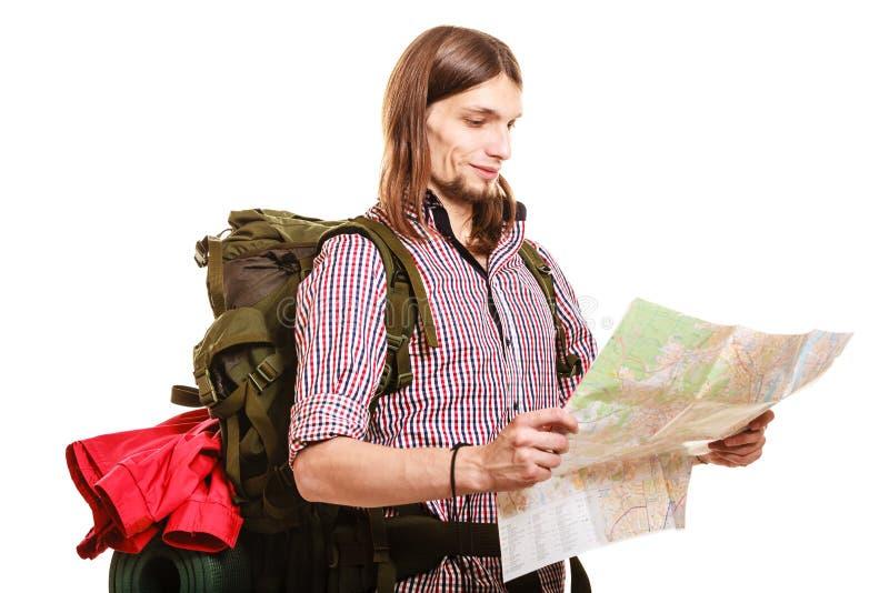 人旅游背包徒步旅行者读书地图 海滩formentera海岛妇女年轻人 免版税图库摄影