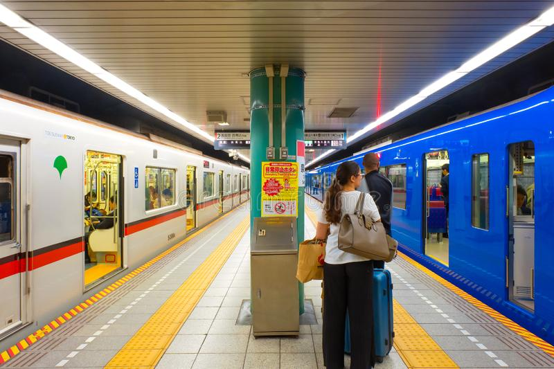 人旅行通过东京地铁系统 免版税库存照片