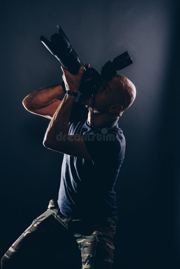 人无固定职业的摄影师摄影师画象在演播室 库存图片