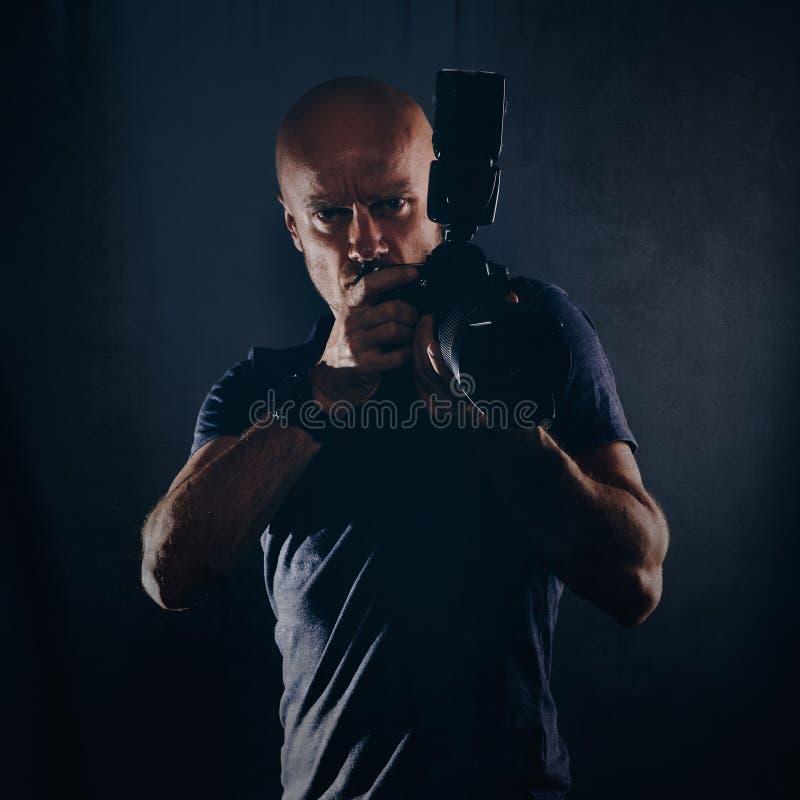人无固定职业的摄影师摄影师画象在演播室 库存照片