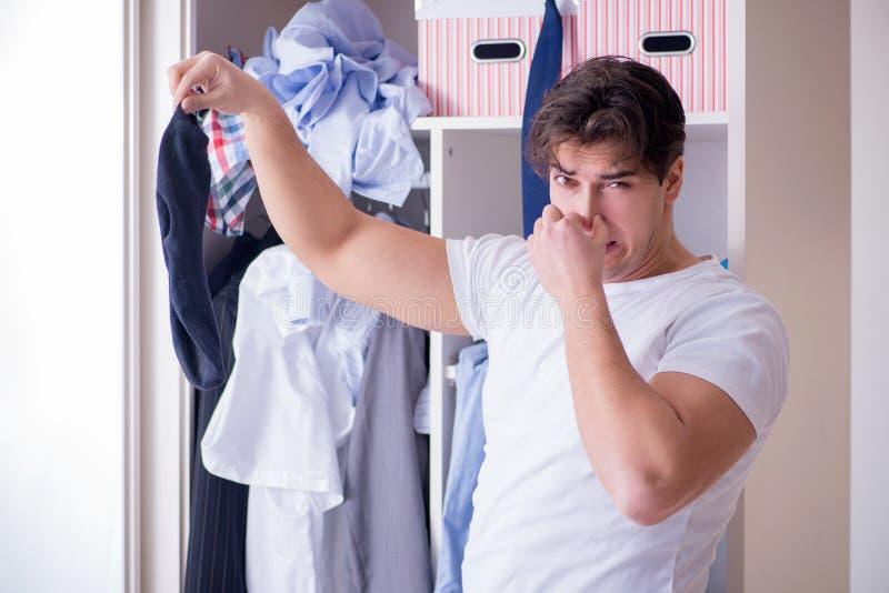 人无能为力与肮脏的衣物在分离从妻子以后 库存照片