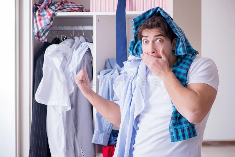 人无能为力与肮脏的衣物在分离从妻子以后 免版税库存图片