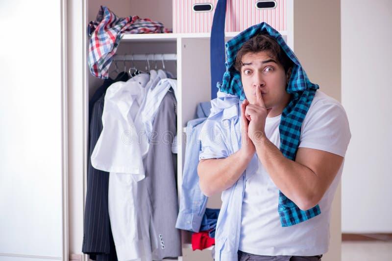 人无能为力与肮脏的衣物在分离从妻子以后 免版税库存照片