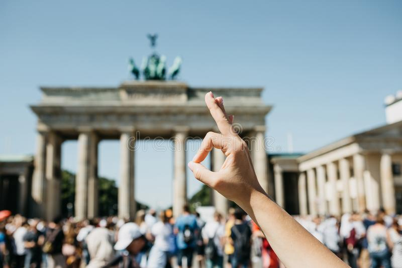人显示与他的意味一切的手指的一个标志是好或好的 库存图片