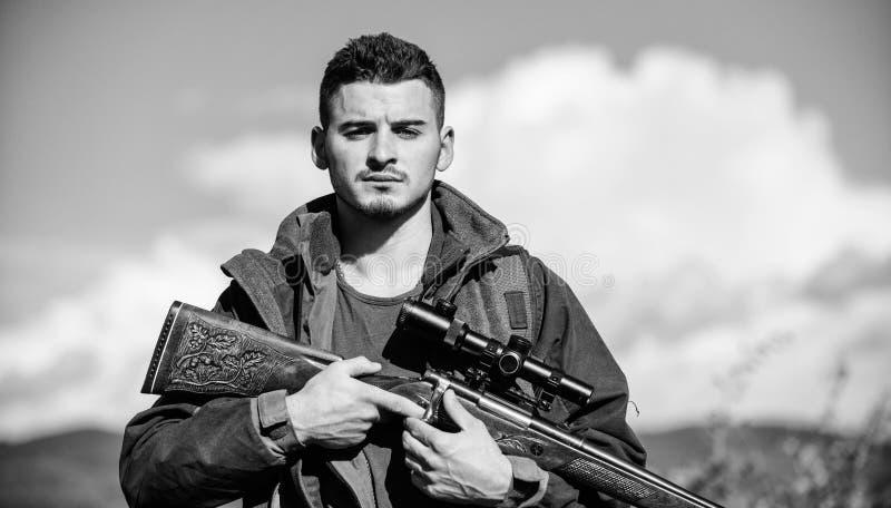 人有步枪狩猎设备自然背景 确定安全情况 为寻找做准备 什么您应该有 库存照片