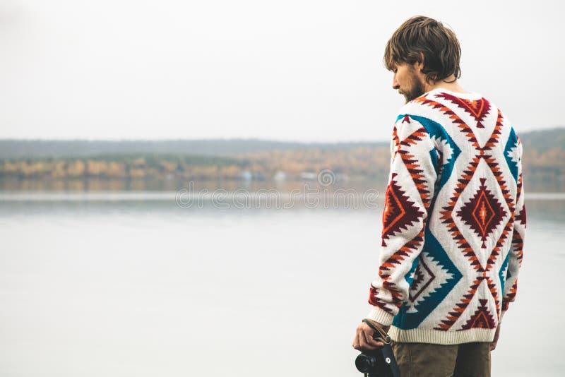 年轻人有胡子与减速火箭的照片照相机时尚旅行生活方式 免版税图库摄影