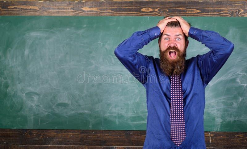 人有胡子的老师或教育家举行头黑板背景 对您的行为和方式的薪水注意 教师 库存照片