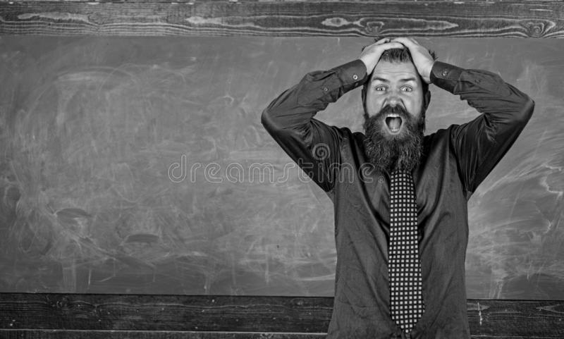 人有胡子的老师或教育家举行头黑板背景 对您的行为和方式的薪水注意 教师 免版税库存照片