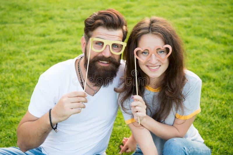 人有胡子的行家和俏丽的妇女爱的 ?? E 在爱快乐的青年摊支柱的夫妇 免版税库存图片