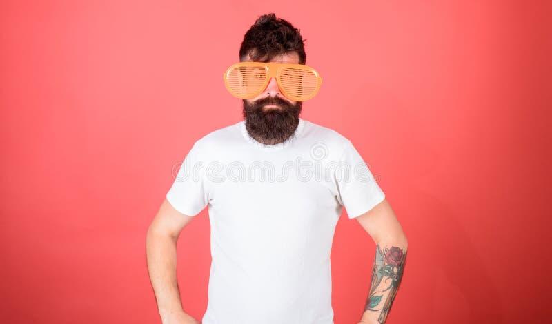 人有胡子的行家戴巨型装有百叶窗板的太阳镜 太阳镜夏天属性和时髦的辅助部件 行家佩带 免版税图库摄影