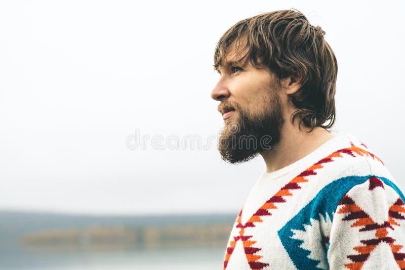 年轻人有胡子的画象时尚旅行生活方式 免版税库存图片