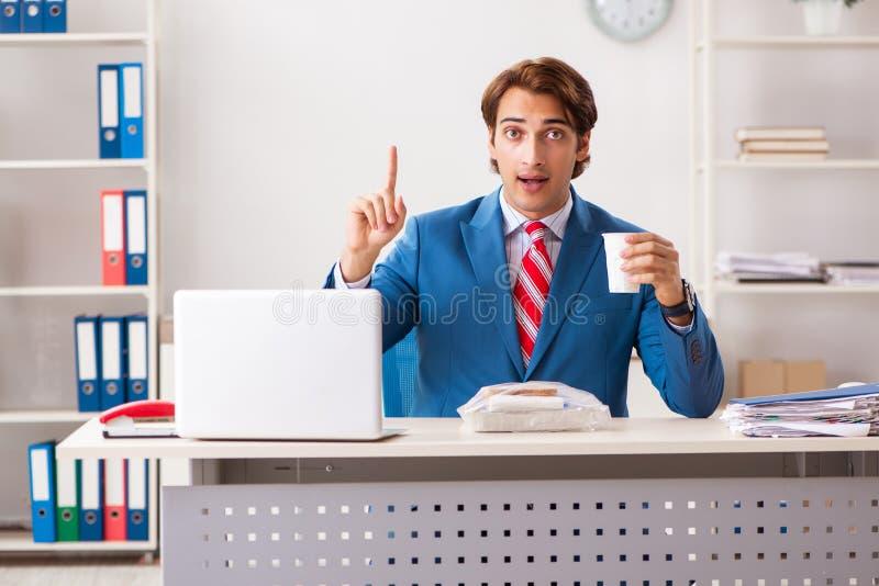 人有膳食在工作在断裂期间 免版税库存照片
