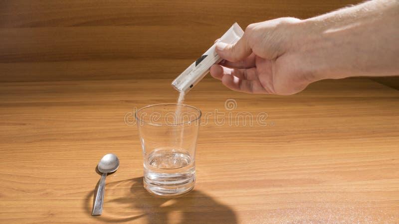 人服在木桌上的冒泡药 免版税库存照片