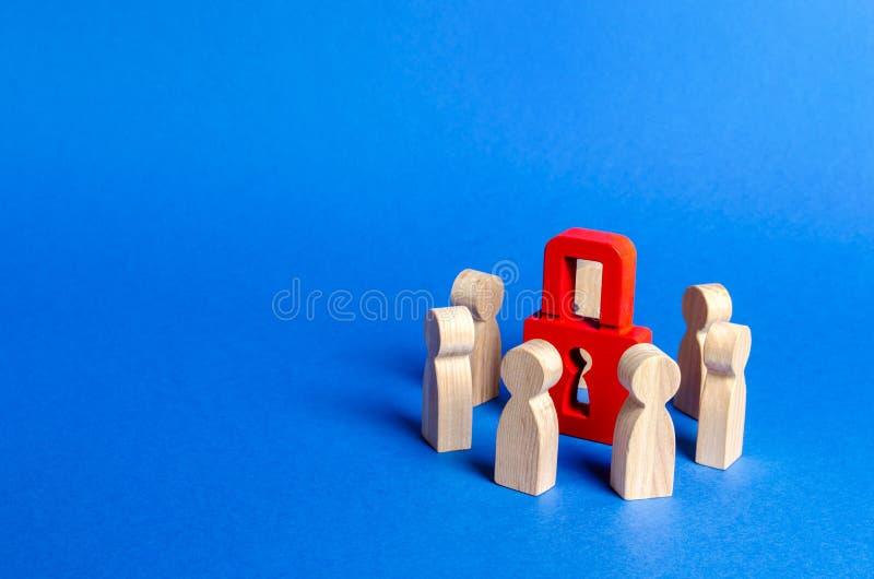 人木图围拢红色挂锁 个人资料商业秘密的保护,对秘密的致力的概念 免版税图库摄影