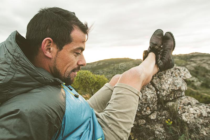 人本质上放松和供以座位的 人观察在山的风景 免版税库存照片