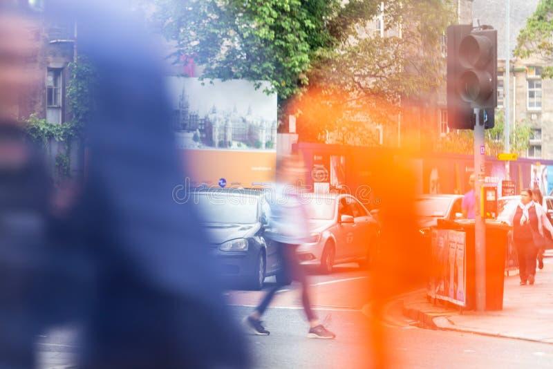人横渡的行人穿越道在边缘节日期间的爱丁堡2018年 免版税库存图片