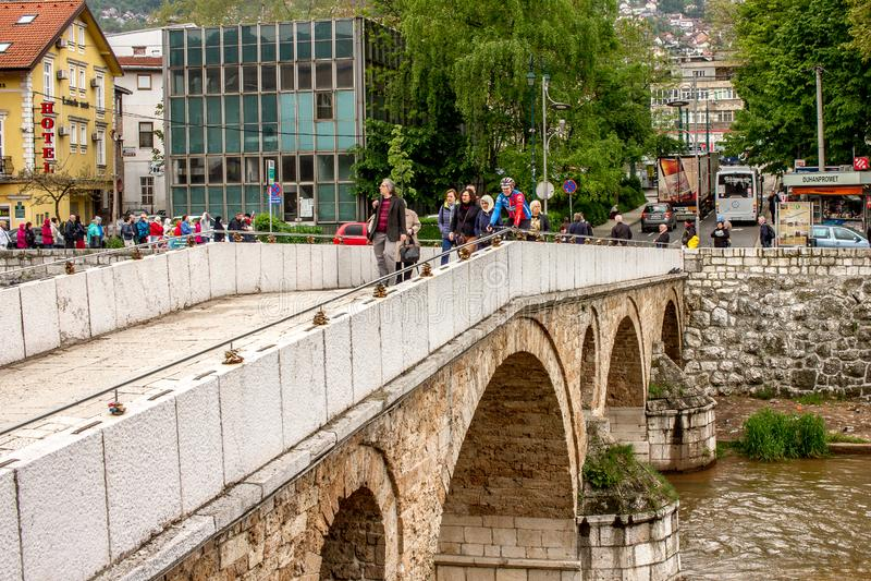 人横穿加夫里洛・普林西普拉丁桥梁在奥尔德敦萨拉热窝 图库摄影