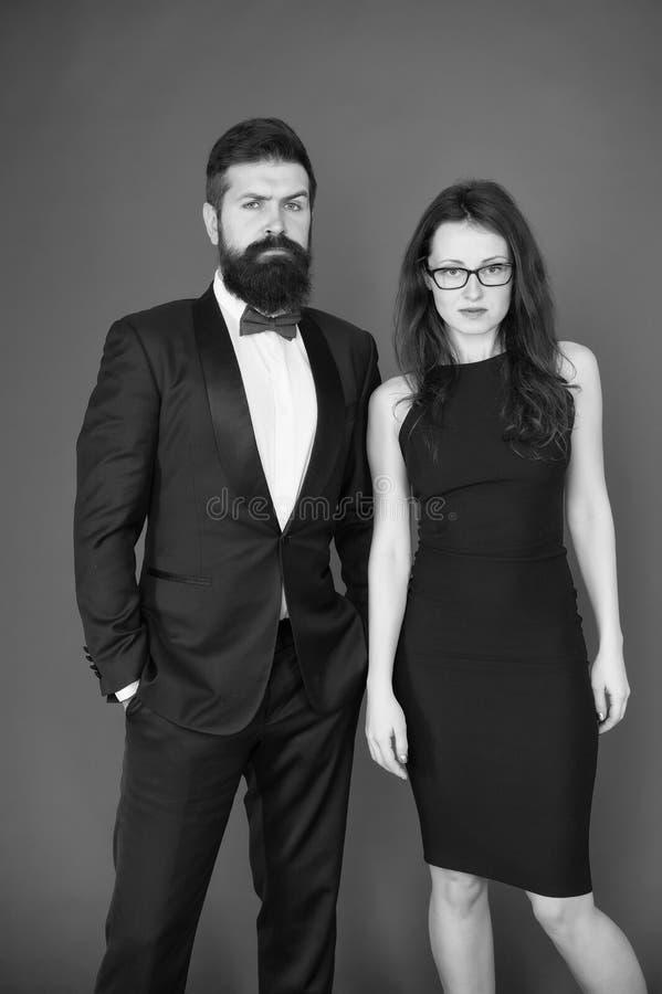 人正式夫妇无尾礼服和性感的妇女的 有胡子的男人和妇女正装的 在爱的夫妇在日期 ?? 免版税库存照片