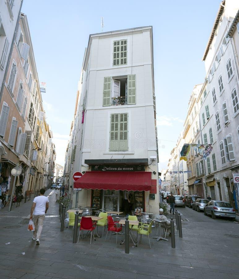 人步行在和在马赛市中心的老部分的阿拉伯食品店附近 免版税库存图片