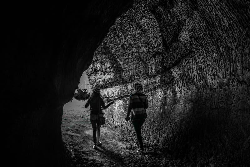 人步行在Tunel de lava 免版税图库摄影
