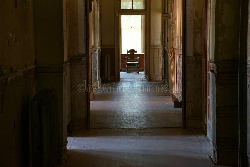 令人毛骨悚然的走廊老剥落大厦 免版税库存照片