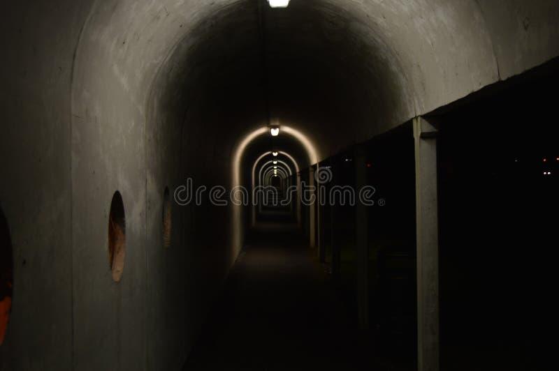 令人毛骨悚然的轻的隧道 免版税库存图片